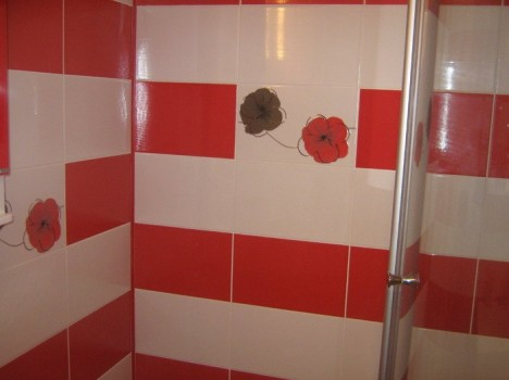 faianta in baie alb rosu cu decoruri imitatie trandafiri