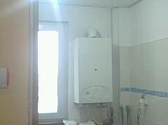 bucatarie mica de apartament model de faianta alba cu brau albastru