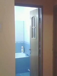 model de baie albastru cu alb si brau in apartament