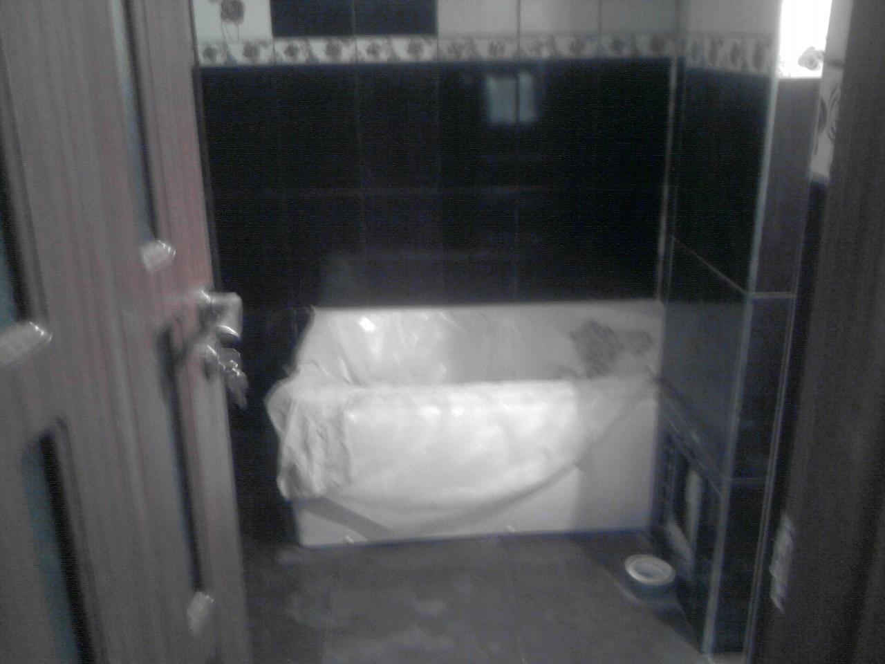 model faianta brau cu alb cu negru pentru baie