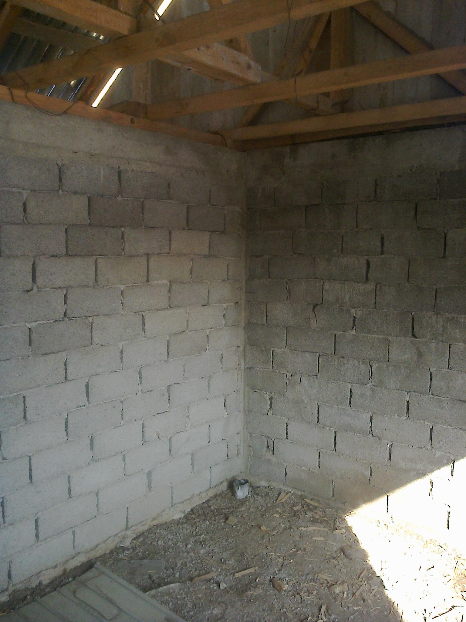 Casa cu ziduri din boltari de beton