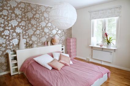 dormitor decorat cu tapet si parchet clasic