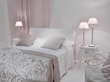 dormitor ideal pentru tineri si pentru indragostiti unde culoarea dominanta este alb sau crem