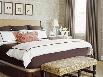 model dormitor decorat cu tapet maro si covor