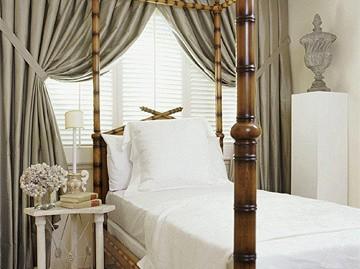 dormitor pentru o persoana mic cu draperii