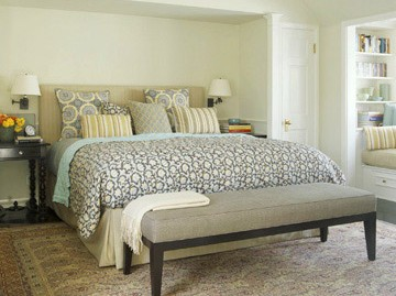 dormitor decorat clasic cu pat mare maro