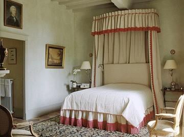 dormitor taranesc cu tavanul din grinzi si scanduri