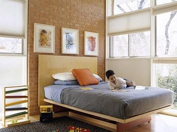 dormitor copii cu un perete placat cu imitatie de caramida