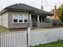 Casa la tara model american cu fatada din lambriu de lemn alb