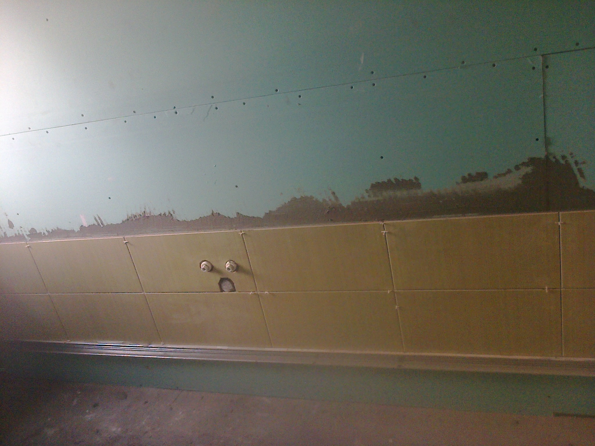 model faianta verde in baie
