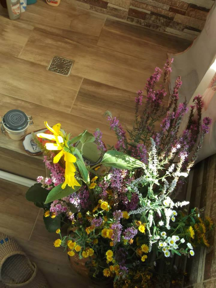 aranjament baie rustica cu flori